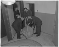 397-1 Mannen bekijken bij kluisdeur één miljoen gulden aan prijzen van de SUS-loterij.