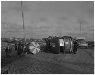400 DAF betonauto van Befaro kantelt bij de Waalhaven.