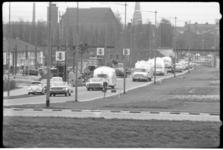 4017 Caravanreis door Europa georganiseerd door Wally Byam, hier in Rotterdam. Links de Sint-Albertus Magnuskerk.