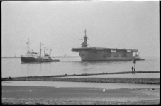 4025-2 Vliegdekschip Saginaw Bay arriveert tussen de pieren van Hoek van Holland met hulp van sleepboten van Wijsmuller.