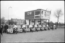 4051-1 Rij ANWB-Wegenwachters bij hun motoren met zijspan voor wegenwachtstation De Pauwmolen.