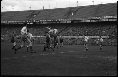 4054-2 Spelmoment van de voetbalwedsrtijd Feyenoord - Elinkwijk in de Kuip.