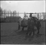4064-1 Prins Bernhard, die is geland met een Alouette helikopter op het voetbalveld van sportvereniging Insulinde, ...