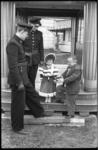 4068-1 Brandweerlieden met twee kleine mensen op het terrein van Scheider's Lilliputters Sprookjesstad en -Revue bij de ...