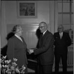 407 Burgemeester Van Walsum feliciteert P.A. de Jongh in verband met haar 40-jarig jubileum als telefoniste op het stadhuis.