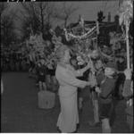 4074-3 Mevrouw Van Walsum-Quispel bekijkt een palmpasenstok die door padvinders is gemaakt.