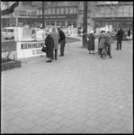 4077 Het publiek op de Lijnbaan kijkt naar een tentoonstelling van aanstaande onderwijzers die protesteren tegen het ...