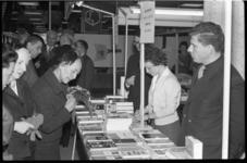4082-3 Boekenmarkt in de Bijenkorf met de echtgenote van de burgemeester, mevr. J.M. van Walsum-Quispel. Rechts: Gerard ...
