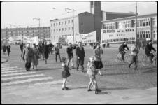 4092-1 Demonstratie op de Schiedamseweg tegen bloedbad in Zuid-Afrika.