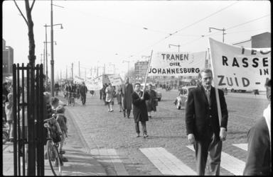 4092-2 Demonstratie op de Schiedamseweg tegen bloedbad in Zuid-Afrika.