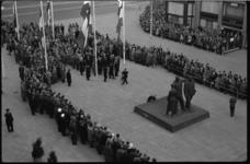 4107-3 Overzicht Stadhuisplein bij oorlogsmonument 'Herrijzend Rotterdam' tijdens dodenherdenking.
