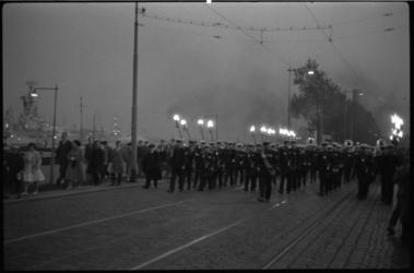 4107-5 Marinierskapel en fakkeldragers van de mariniers marcheren op de Boompjes richting herinneringsplaquette bij de ...