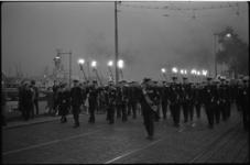 4107-6 Kapel en fakkeldragers van de mariniers op de Boompjes richting herinneringsplaquette bij de Maasbruggen.