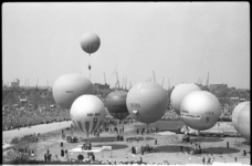 4108-2 Serie ballonnen op Afrikaanderplein als startplaats van de internationale ballonnen-doellandingswedstrijd om de ...