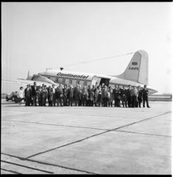 4138 Het Rotterdams Philharmonisch Orkest poseert voor een vliegtuig van Continental op vliegveld Zestienhoven.