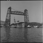 4154 Vliegdekschip Siginaw Bay passeert de Koningsbruggen, op weg naar de sloop.