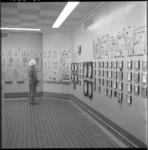 4160-4 Regie- en regelkamer van de Esso raffinaderij.