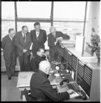 4172 Onder toezicht van onder andere (van rechts naar links) wethouder J.U. Schilthuis, ROTEB-directeur ir. R. ...