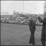 4173-2 Prins Bernhard bij de ingang van de Esso Raffinaderij Botlek.