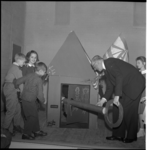 4176-2 Burgemeester Van Walsum opent met grote sleutel het clubhuis De Jeugdhaven in de Rubroekstraat.