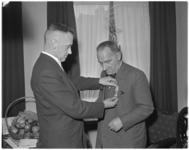 419 De eremedaille, in zilver, verbonden aan de orde van Oranje-Nassau, wordt uitgereikt aan de heer H.F. Vissers, ...