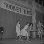 4194-1 Dames op toneel van de Rivierahal tijdens voorwedstrijden voor de finale Miss Modinette Nederland 1960.