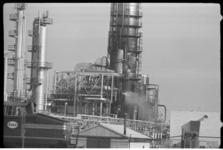 4200 Vage rookwolken bij de Esso Raffinaderij.