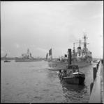 4239-1 Aankomst en afmeren van Franse marineschepen aan de Parkkade.