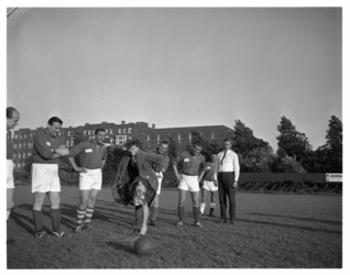 4249-1 Een dame verricht de aftrap van de voetbalwedstrijd tussen het Rotterdams Toneel en de kasteleins.
