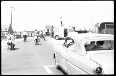 4264 Verkeer regelen bij brug Voornsekanaal. Rijkspolitieman staat op auto het verkeer te regelen.