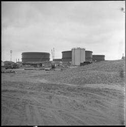 4265-4 Terrein met olie-opslagtanks in aanbouw Europoort.
