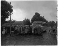 4270 Vertrek van ouden van dagen van het Brabantse Dorp?, die een busreis maken.
