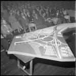 4272 Presentatie van de maquette van het IJsselmondseplein (Pierenpot) ten zuiden van de geplande Van Brienenoordbrug.