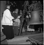 4275 De aartsbisschop van Utrecht, mgr. A. Rinkel, wijdt de nieuwe luidklok van de oud-katholieke kerk van de H.H. ...