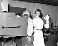 4285 Bij A. Hofman uit de Rubroekstraat wordt, in het kader van het bevolkingsonderzoek op tuberculose, de miljoenste ...
