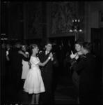 4287-1 Franse marine-officieren dansen met dames door de Burgerzaal.