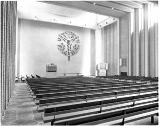 4290-3 Overzicht van de kerkzaal en het glazen sierraam in beton van de Pauluskerk.