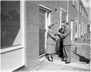 4293 Wethouder Roel Langerak reikt de Hilswindestraat huissleutels uit aan mevrouw J. Naaktgeboren.