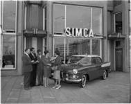 4294 Overdracht van de 150-ste Simca voor de showroom in Groothandelsgebouw op het Stationsplein, bij dealer Auto Willemse.