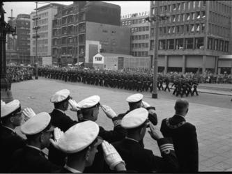 4303-3 Defilé mariniers op de Coolsingel tijdens de Vlootweek. Rechtsonder: burgemeester G.E. van Walsum.