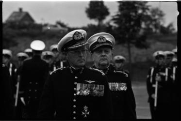 4306-1 Generaal-majoor der mariniers H. Lieftinck (rechts) draagt het commando over het Korps Mariniers over aan J.G.M. ...