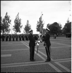 4306-5 De generaal-majoor der mariniers, H. Lieftinck (links) symboliseert de commando-wisseling van het korps ...
