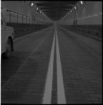 4317-1 Doorgetrokken, dubbele, witte lijnen voor auto's, geverfd op het tegelwegdek in de Maastunnelbuizen.