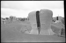 4323-1 Manshoge, rieten strandstoelen staan tegenover elkaar op het verlaten strand van Hoek van Holland.