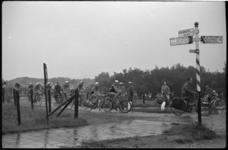 4332-2 Deelnemers aan de (natte) Tour van Drie passeren op 300 meter van het Kruiniger Gors een wegwijzer.