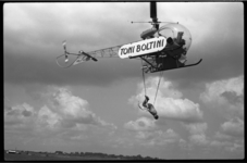 4333-2 Stunt met helikopter door Boltini waaronder de Duitse acrobaat Johannes Hochgemuth hangt.