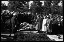4340-3 Rouwenden tijdens de begrafenis van Anna Blaman op de Algemene Begraafplaats Hofwijk.