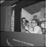 4346-4 Jan Nelissen met een pop in zijn theaterpoppenkast.