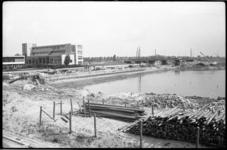 4358-2 Overzicht in aanbouw zijnde jachthaven aan de zuidzijde van het Schie-Schiekanaal bij de Blijdorpbruggen.