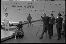 4391 Op de kade bij de Rotterdamsche Lloyd, met de scheepsnaam Willem Ruys op de achtergrond, worden opnamen gemaakt ...